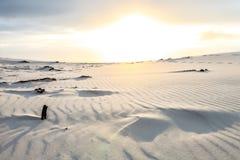 Белый песок пляжа с пульсациями и волны текстурируют картину Стоковые Изображения RF