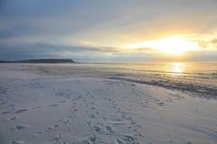 Белый песок пляжа с пульсациями и волны текстурируют картину Стоковая Фотография