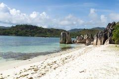 Белый песчаный пляж в Сейшельских островах Стоковые Изображения