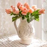 Белый питчер с розами персика Стоковые Фотографии RF