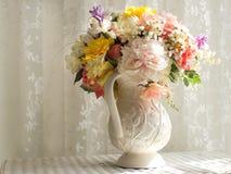 Белый питчер с цветками Стоковая Фотография RF