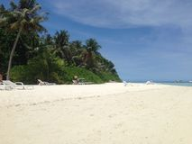 Белый пляж в острове Индийского океана, Мальдивах Стоковое Фото