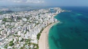 Белый пляж и город в острове Пуэрто-Рико акции видеоматериалы