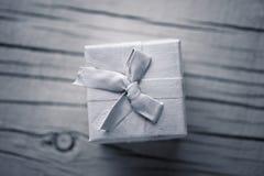 Белый подарок на белой предпосылке Стоковое Изображение RF
