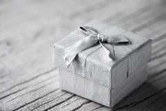 Белый подарок на белой предпосылке Стоковые Фотографии RF