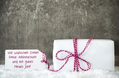 Белый подарок, снег, ярлык, Gutes Neues значит счастливый Новый Год Стоковое фото RF