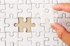 Белый простой зигзаг с рукой которое держит пропуская часть для того чтобы соответствовать или выполнять стоковые изображения