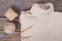 Белый пуловер с крутящей шеей Стоковое Изображение