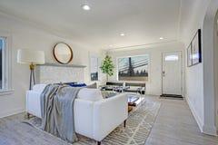Белый район живущей комнаты с камином и малым фойе стоковые фотографии rf