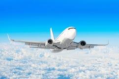 Белый самолет летает высота подъемов, уровень полета высоко в небе над небом облаков голубым Стоковые Фото
