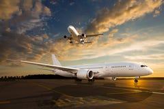Белый самолет пассажира на взлётно-посадочная дорожка авиапорта Стоковые Изображения RF