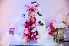 Белый свадебный пирог Стоковые Изображения