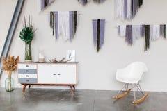 Белый скандинавский крупный план оформления интерьера Белые заводы дома улавливателей мечты конторы стула стоковые изображения rf