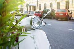Белый скутер парковал на тротуаре улицы города Цены на улице, конец скутера вверх стоковые изображения rf