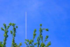 Белый след от самолета в голубом небе Летный пассажир и tr стоковая фотография rf