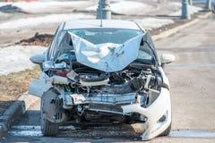 Белый сломанный автомобиль на дороге в городе Стоковое Фото