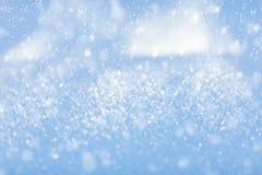 Белый снежок Сверкная снежинки зима белизны снежинок предпосылки голубая конец вверх стоковое фото rf