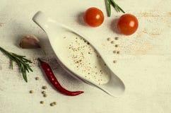 Белый соус в шлюпке подливки стоковая фотография rf