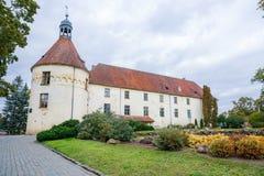 Белый, старый замок Старый объект культуры на Латвии Стоковые Изображения