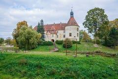 Белый, старый замок Старый объект культуры на Латвии Стоковые Фото