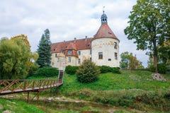 Белый, старый замок Старый объект культуры на Латвии Стоковая Фотография RF