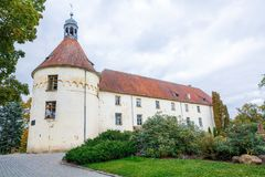 Белый, старый замок Старый объект культуры на Латвии Стоковые Изображения RF