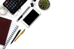 Белый стол офиса с калькулятором, бумажником, и поставками верхняя часть соперничает Стоковая Фотография