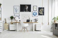 Белый стул в домашнем офисе стоковое фото rf