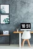 Белый стул в однокрасочной комнате Стоковое Изображение