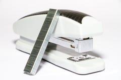 Белый сшиватель с черной нашивкой на белом rnat предпосылки сторона стоковое фото rf