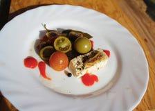 Белый сыр со смоквами с замаринованными томатами вишни стоковое изображение rf