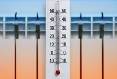 Белый термометр комнаты алкоголя показывает удобную температуру в доме на фоне нагревая радиатора стоковые изображения rf