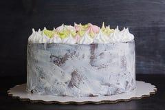 Белый торт craquelure с нежными merengues Стоковая Фотография