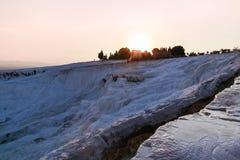 Белый травертин в замке хлопка Pamukkale в Турции Стоковая Фотография RF