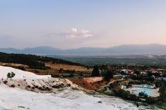 Белый травертин в замке хлопка Pamukkale в Турции Стоковые Фотографии RF