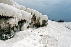 Белый травертин формируя сосульки/сталактиты стоковое изображение
