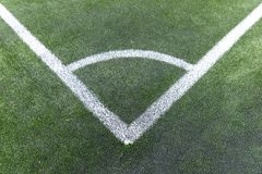 Белый угол на зеленом футбольном поле Стоковое Фото
