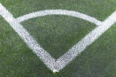 Белый угол на зеленом футбольном поле Стоковые Фотографии RF