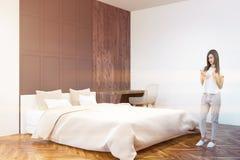 Белый угол спальни и домашнего офиса кровати, женщина Стоковое Фото