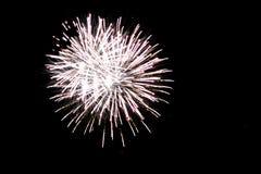 Белый фейерверк взрывая в Гранд-Рапидсе Мичигане стоковое фото