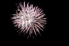 Белый фейерверк взрывая в Гранд-Рапидсе Мичигане стоковая фотография rf