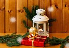 Белый фонарик и лоснистый подарок рождества на деревянном столе Стоковые Фотографии RF