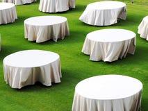 Белый хранят круглый стол на зеленом, который стоковые фотографии rf
