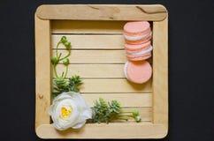 Белый цветок на деревянной предпосылке Белая роза на деревянной рамке Черная предпосылка Стоковое Изображение