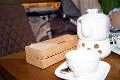 Белый чайник и чашка Стоковое Изображение