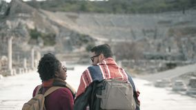 Белый человек и африканская пара женщины навещают древний город который назвал Ephesus сток-видео