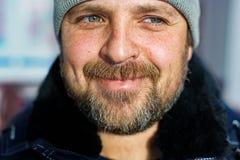 Белый человек с бородой смотрит прочь и усмехается Портрет мечтая конца-вверх фермера стоковая фотография