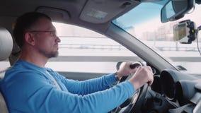 Белый человек управляет автомобилем на высоком пути сфокусированном на управлять акции видеоматериалы