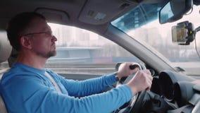 Белый человек управляет автомобилем на высоком пути сфокусированном на управлять сток-видео