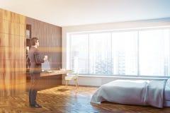 Белый, черный, деревянный домашний офис спальни, человек Стоковое Изображение RF